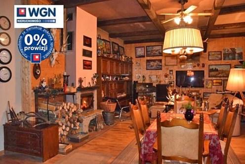 stylowe wnętrze salonu w ekskluzywnej willi do sprzedaży w Słupsku