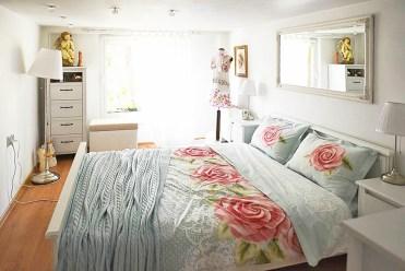 na zdjęciu elegancka sypialnia znajdująca się w luksusowej willi w okolicach Piły na sprzedaż