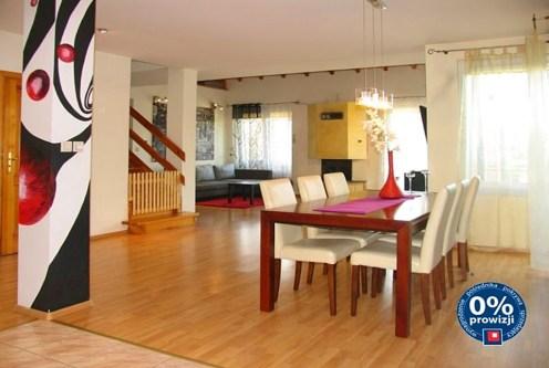 nowoczesny salon w ekskluzywnej willi do sprzedaży w okolicach Torunia