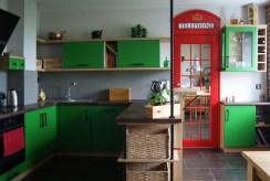 zdjęcie prezentuje kuchnię z jadalnią w luksusowym apartamencie na Mazurach na sprzedaż