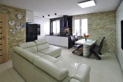 widok na salon w luksusowym apartamencie do sprzedaży w okolicach Legnicy
