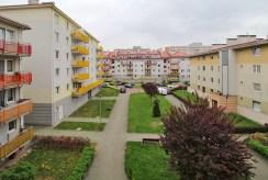 widok na osiedle, jaki rozpościera się z okien luksusowego apartamentu w Krakowie na wynajem