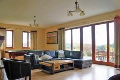 komfortowy salon w luksusowej willi do sprzedaży na Mazurach