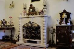 zdjęcie prezentuje zbliżenie na kominek w luksusowej willi w Chrzanowie na sprzedaż