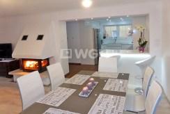 widok od strony jadalni na salon w luksusowej willi do sprzedaży w Kwidzynie