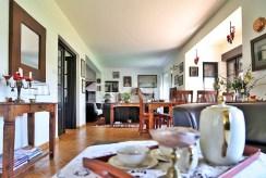 widok na komfortowy salon w luksusowej willi do sprzedaży w okolicach Bolesławca