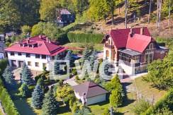 widok z lotu ptaka na luksusową rezydencję w okolicach Kłodzka na sprzedaż