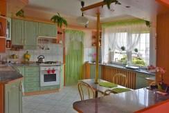 widok na kuchnię w luksusowej willi do sprzedaży w okolicach Kalisza