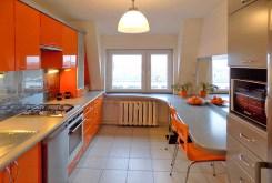 nowocześnie umeblowana kuchnia w modnych kolorach znajdująca się w luksusowym apartamencie na Mazurach na sprzedaż
