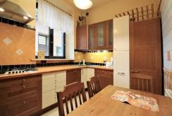 umeblowana kuchnia w zabudowie w ekskluzywnym apartamencie do wynajmu w Krakowie