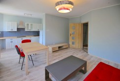 widok od strony salonu na aneks kuchenny w ekskluzywnym apartamencie do wynajmu w Szczecinie