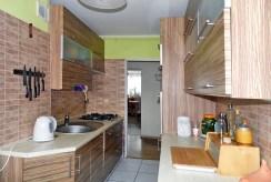 na zdjęciu umeblowana nowocześnie kuchnia w ekskluzywnym apartamencie do sprzedaży w Malborku