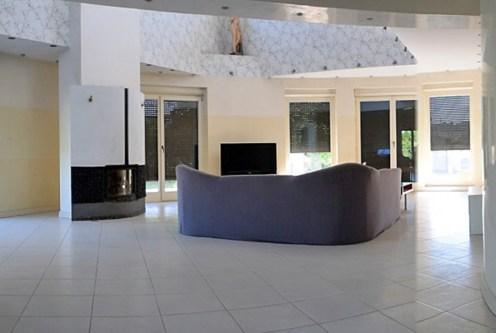 przestronny salon w ekskluzywnej willi do sprzedaży w Ostrowie Wielkopolskim