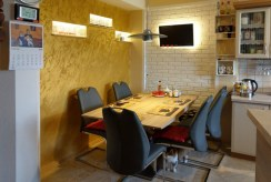 nowoczesna jadalnia ze stołem w luksusowej willi w okolicach Krakowa na sprzedaż