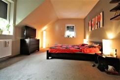 widok na elegancka, zaciszną sypialnię w luksusowej willi w okolicach Krakowa na sprzedaż