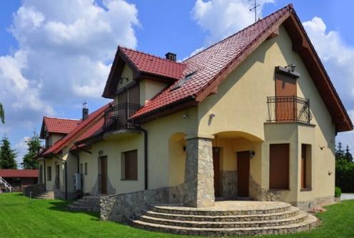 widok od strony tarasu na ekskluzywną willę do sprzedaży w okolicach Wrocławia