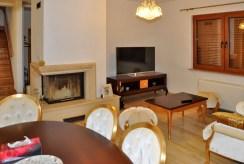 komfortowy salon z kominkiem w ekskluzywnej willi do sprzedaży w okolicach Wrocławia