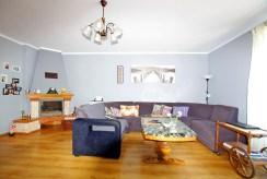 na zdjęciu salon z kominkiem w luksusowej willi do sprzedaży w okolicy Legnicy
