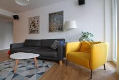 widok z innej perspektywy na prestiżowy salon w luksusowym apartamencie w Krakowie na sprzedaż