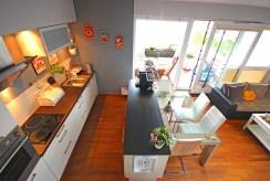 na zdjęciu umeblowana i wyposażona kuchnia w ekskluzywnym apartamencie w okolicach Szczecina na sprzedaż
