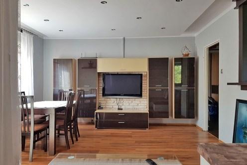 komfortowo umeblowany salon w ekskluzywnym apartamencie do wynajęcia w Krakowie