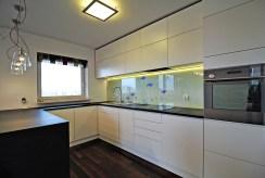 nowoczesna kuchnia w zabudowie w luksusowym apartamencie w Krakowie na wynajem