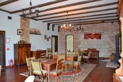 zdjęcie prezentuje elegancką jadalnię w luksusowej willi w okolicach Słupska na sprzedaż