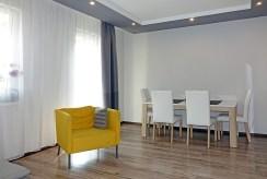 widok z innej perspektywy na komfortowy salon w luksusowym apartamencie do sprzedaży w okolicach Katowic