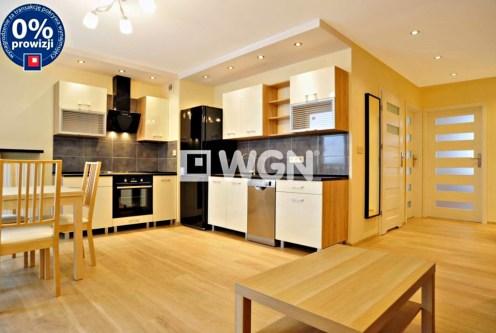 widok z salonu na nowoczesną kuchnię w ekskluzywnym apartamencie do wynajęcia w Katowicach