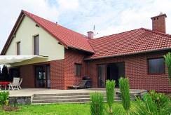 widok od strony ogrodu na luksusową willę we Wrocławiu na sprzedaż