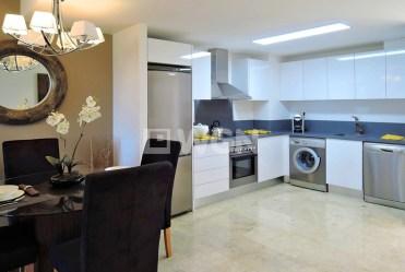 widok na jadalnię i aneks kuchenny w luksusowym apartamencie do sprzedaży w Hiszpanii (Punta Prima, Costa Blanca)