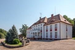 reprezentacyjne wejście do luksusowego pałacu na sprzedaż w okolicach Koszalina