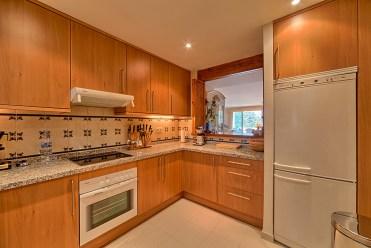 umeblowana w zabudowie kuchnia w luksusowym apartamencie do sprzedaży w Costa del Sol, Marbella (Hiszpania)