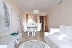 widok na jadalnię w luksusowym apartamencie w Hiszpanii (Estepona, Costa del Sol) na sprzedaż