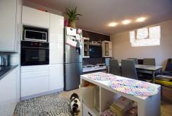 nowocześnie umeblowana kuchnia w luksusowym apartamencie do sprzedaży w okolicach Legnicy