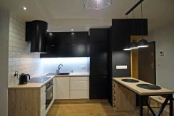 komfortowa kuchnia w ekskluzywnym apartamencie do wynajmu w Krakowie