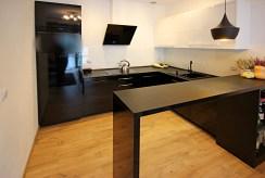 nowocześnie umeblowana kuchnia w ekskluzywnym apartamencie do wynajmu w Szczecinie