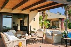 komfortowy taras przy luksusowej willi w Hiszpanii (Costa del Sol, Marbella) na sprzedaż