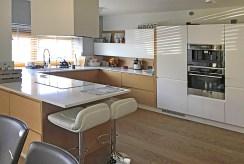 nowocześnie urządzona kuchnia w zabudowie w luksusowej willi w okolicach Katowic na sprzedaż
