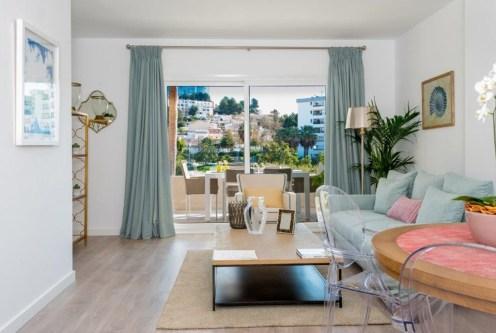 eleganckie wnętrze salonu w luksusowym apartamencie do sprzedaży Hiszpania