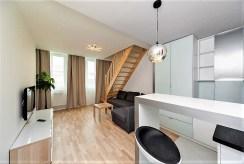 jadalnia, alon oraz schody na górny poziom w luksusowym apartamencie Kraków na wynajem