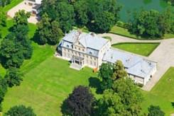 widok z lotu ptaka na ekskluzywny pałac na sprzedaż w województwie opolskim