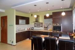 umeblowana w zabudowie kuchnia w luksusowym apartamencie do sprzedaży Mazury