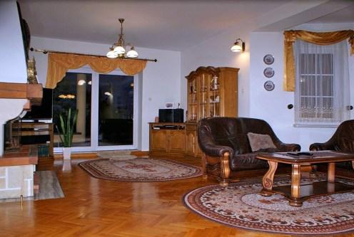 umeblowany w stylu klasycznym ekskluzywny salon w luksusowej willi do sprzedaży Konin (okolice)