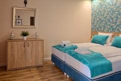 fragment sypialni w ekskluzywnym apartamencie do sprzedaży nad morzem