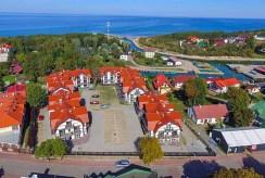 widok z lotu ptaka na osiedle nad morzem, gdzie znajduje się oferowany na sprzedaż luksusowy apartament