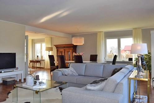 klasyczne wnętrze z salonem w luksusowej rezydencji do sprzedaży nad morzem