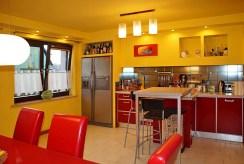 zabudowana kuchnia z jadalnią w luksusowej willi do wynajmu Słupsk