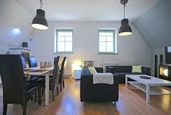 po lewej jadalnia, po prawej salon w ekskluzywnym apartamencie na wynajem Szczecin