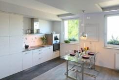 zabudowana nowocześnie kuchnia w luksusowym apartamencie do sprzedaży